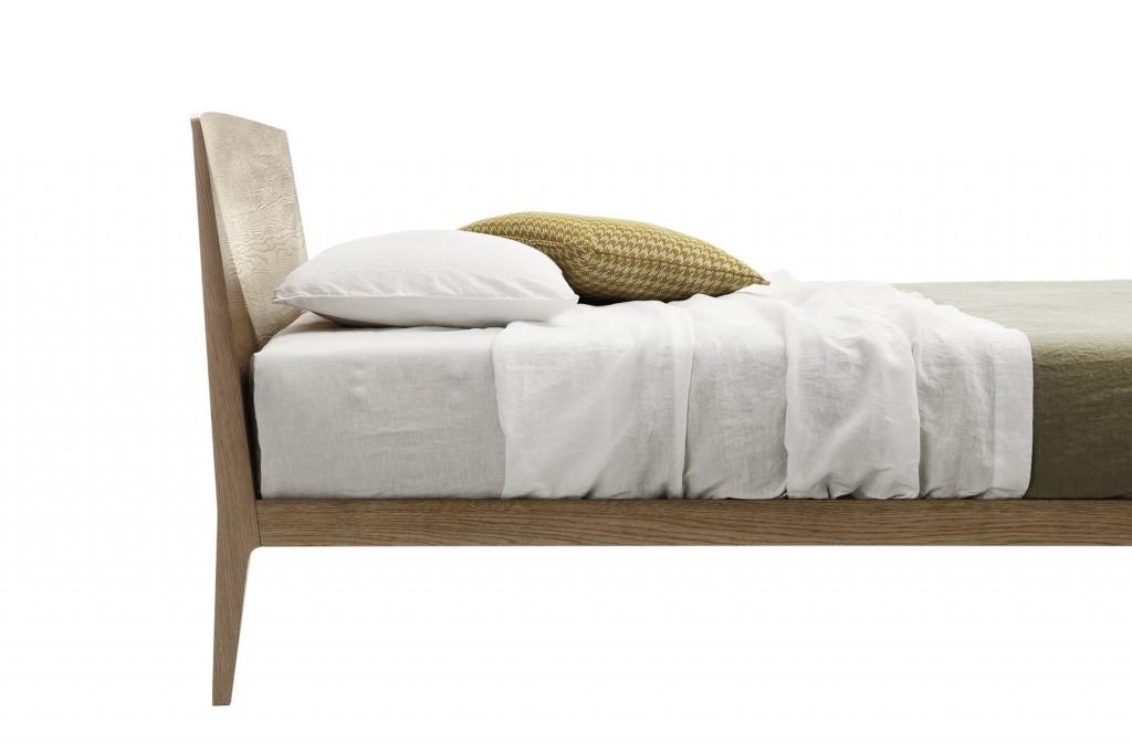 letto in legno chiaro moderno
